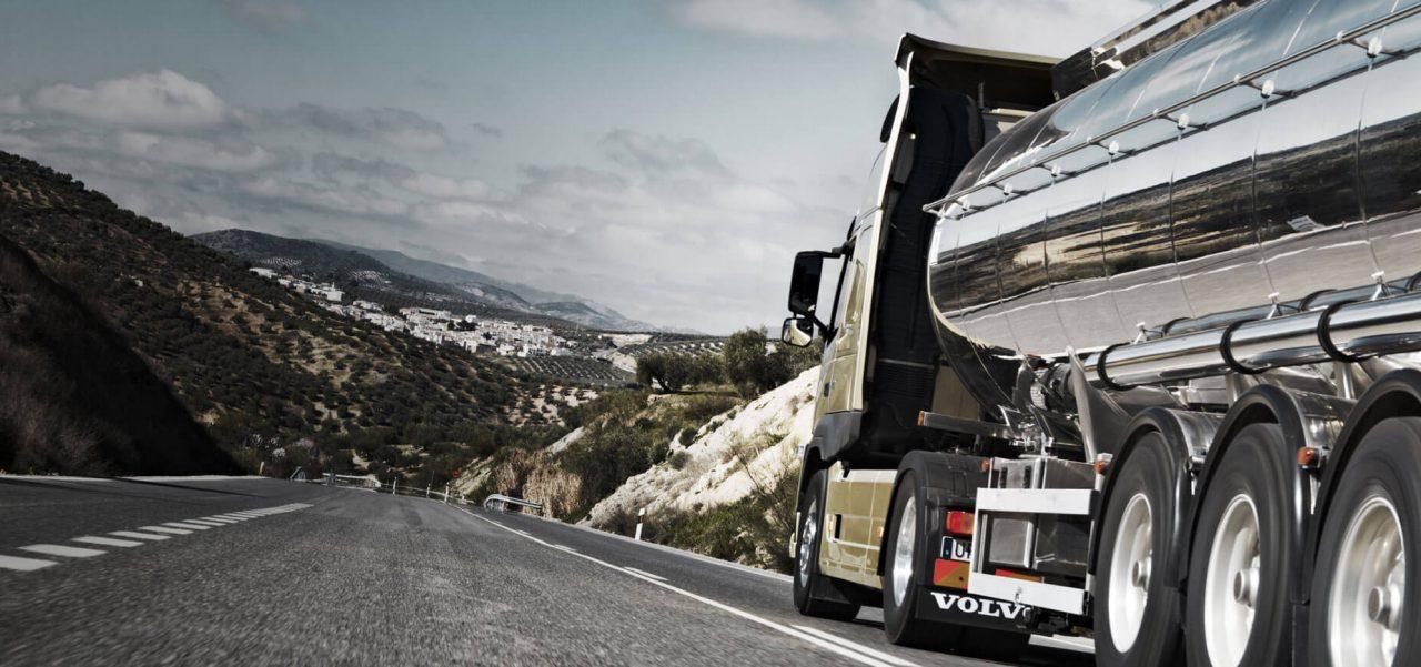 משאית וולוו בנסיעה בכביש